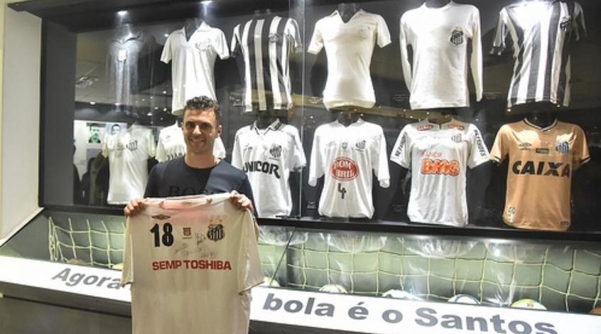 """Жуниор Мораес передал свою футболку в музей """"Сантоса"""""""