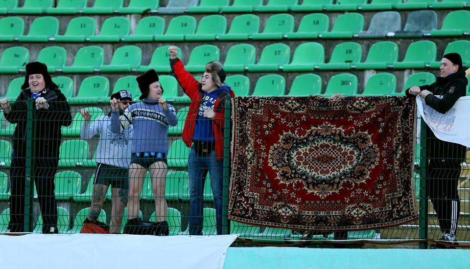 Фото дня: одесские болельщики во Львове вывесили ковёр вместо баннера - изображение 1