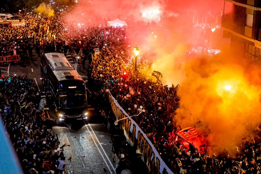 """Фото дня: как фанаты """"Валенсии"""" с файерами встречали свою команду - изображение 1"""
