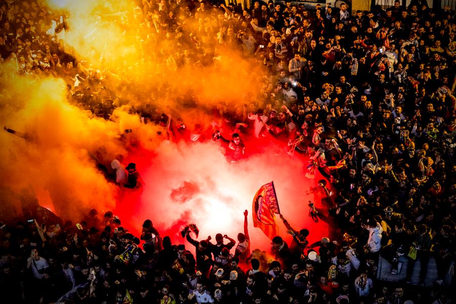 """Фото дня: как фанаты """"Валенсии"""" с файерами встречали свою команду - изображение 2"""