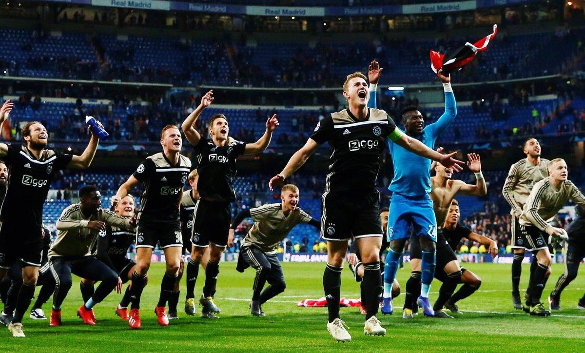 """Фото дня: как """"Аякс"""" отпраздновал победу над """"Реалом"""" - изображение 1"""