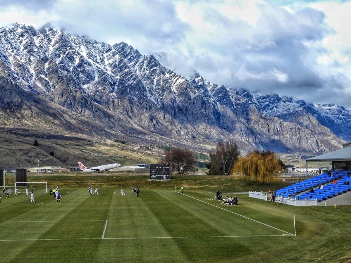 Фото дня: футбольное поле в Новой Зеландии с видом на горы - изображение 1