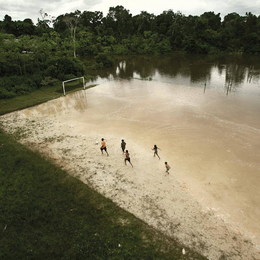 Фото дня: дети играют в футбол после наводнения - изображение 1