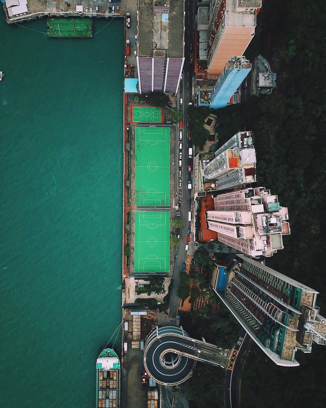 Фото дня: футбольные поля в Гонконге - изображение 1
