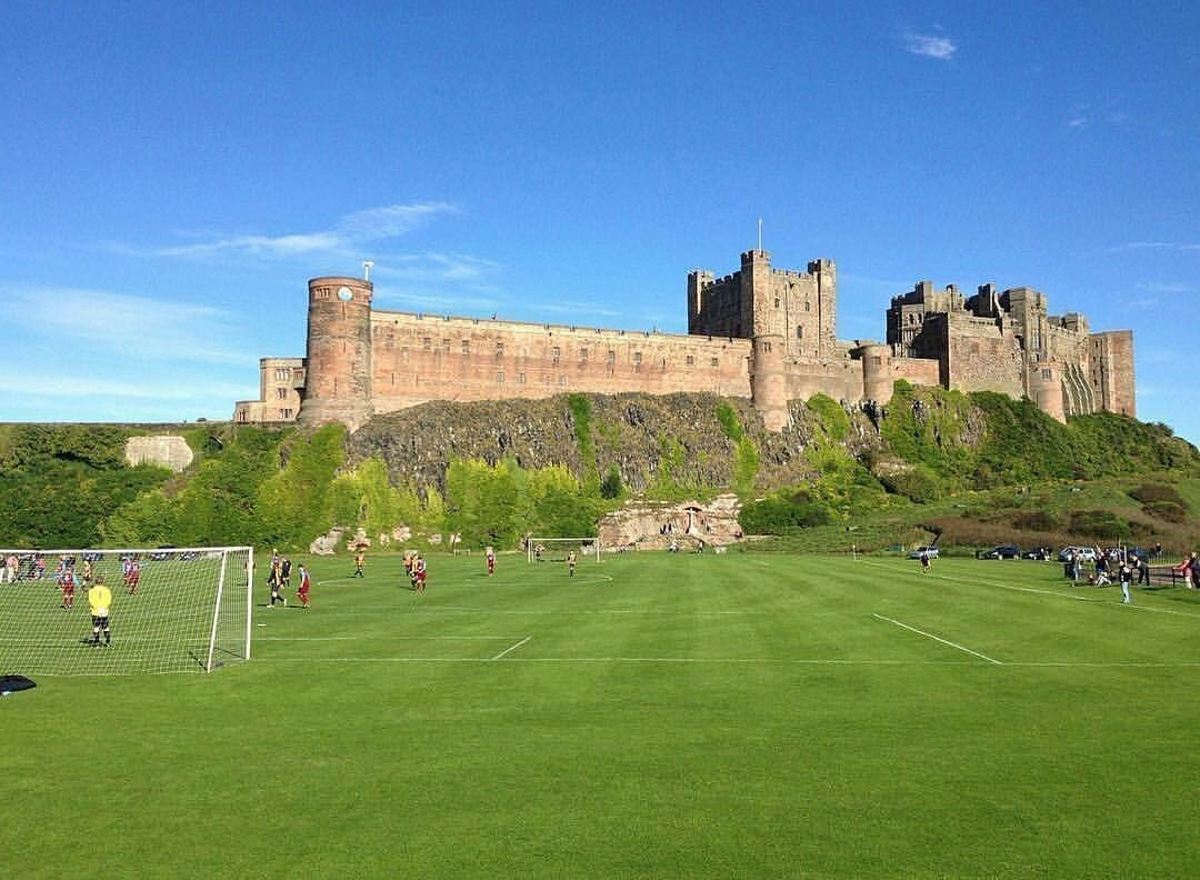 Фото дня: футбольное поле с видом на замок - изображение 1
