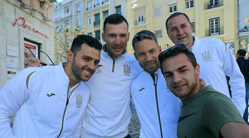 Як гравці збірної перед матчем із Португалією спілкувалися з українськими уболівальниками (Відео)