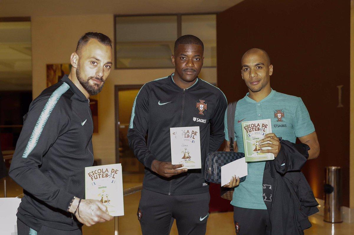 Игроки сборной Португалии рекламируют книгу о футболе перед матчем с Украиной (Фото) - изображение 1