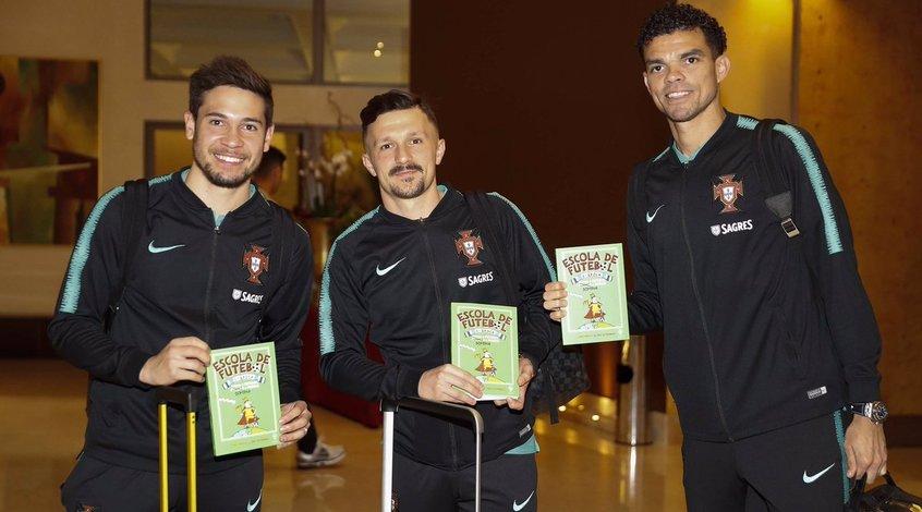 Игроки сборной Португалии рекламируют книгу о футболе перед матчем с Украиной (Фото)