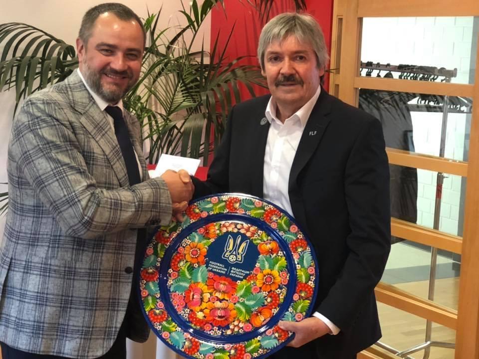 Фото дня: Андрей Павелко вручил необычный подарок президенту федерации футбола Люксембурга - изображение 1