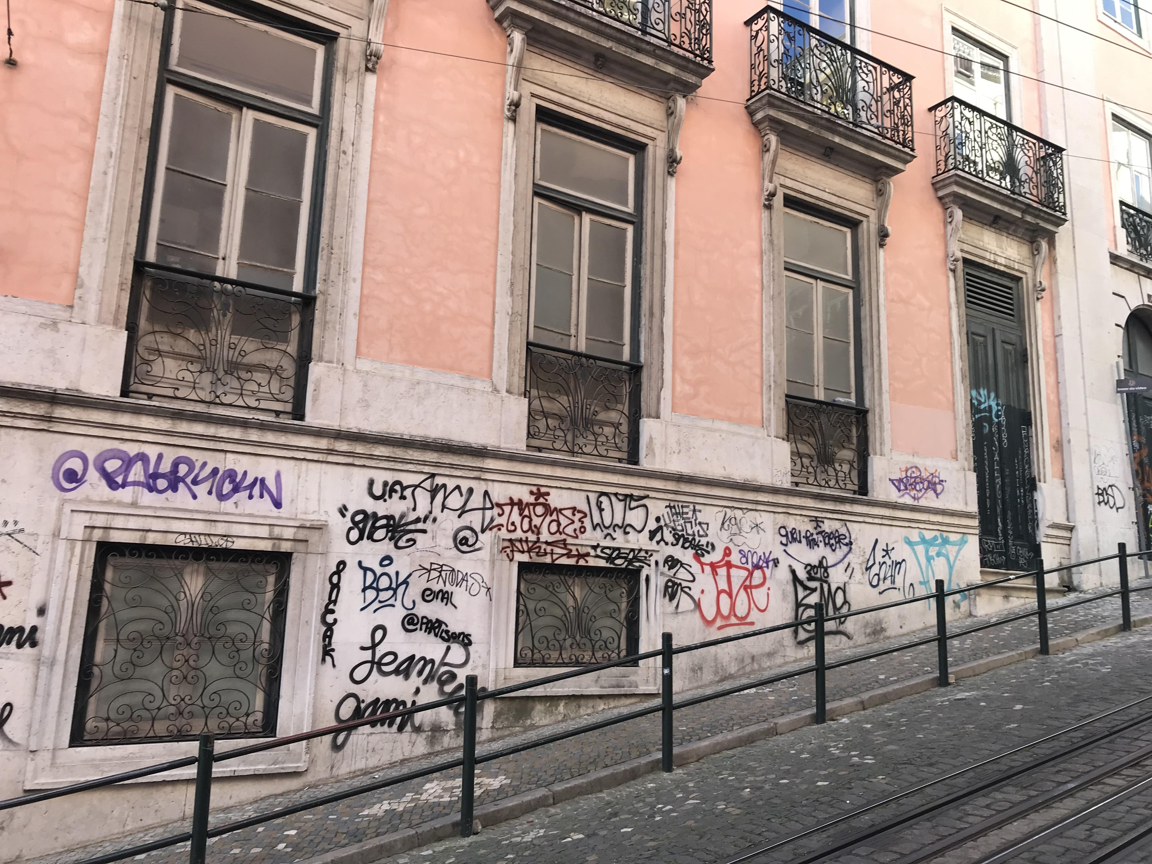 Лиссабонские зарисовки: город контрастов, охота на Роналду и развлекательное шоу на стадионе - изображение 4