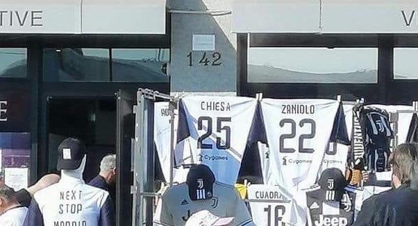 В Турине уже продают футболки с фамилиями Дзаньоло и Кьезы (Фото) - изображение 1
