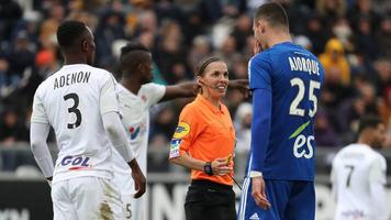 Матч чемпионата Франции впервые отсудила женщина