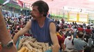 """Как тифози """"Ромы"""" и """"Лацио"""" помогли Криштиану Роланду продолжить торговать орешками на """"Олимпико"""""""
