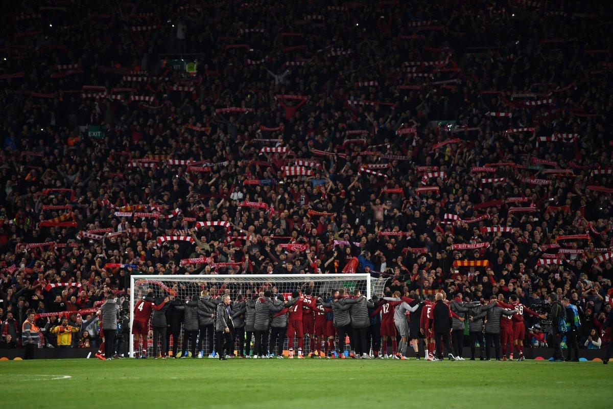 """Фото дня: """"Ливерпуль"""" отпраздновал с болельщиками победу над """"Барселоной"""" - изображение 1"""