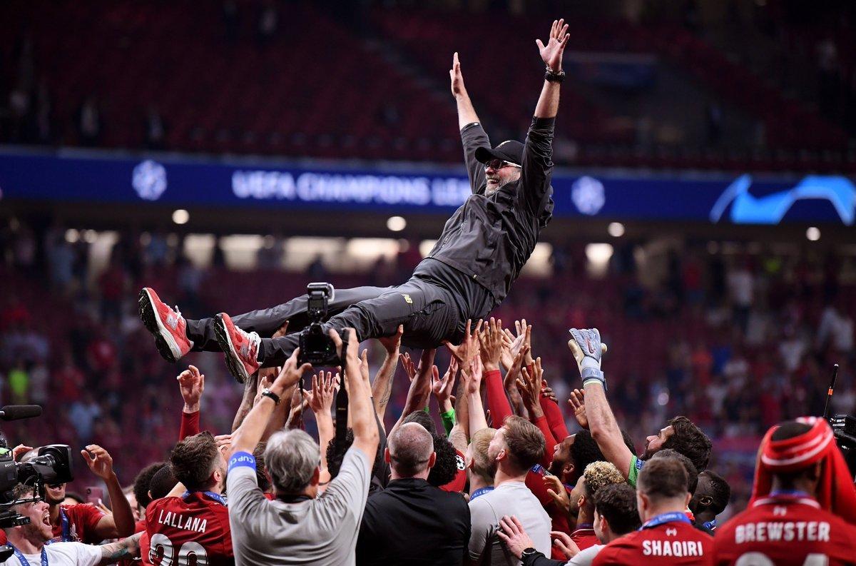 """Фото дня: игроки """"Ливерпуля"""" качают на руках Юргена Клоппа - изображение 1"""