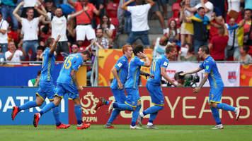 Футболисты сборной Украины ворвались на пресс-конференцию Петракова и облили всех водой (Видео)
