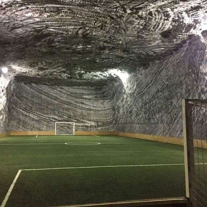 Фото дня: футбольное поле в соляной шахте - изображение 1