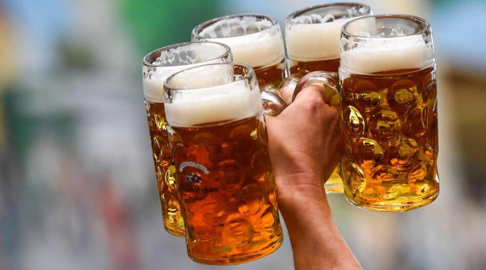 """Болельщик """"Шальке"""" ходил по стадиону с бокалом пива на голове (Видео)"""