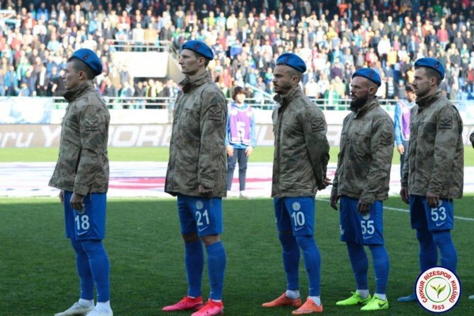 """Морозюк и """"Ризеспор"""" провели акцию поддержки: игроки вышли на поле в военной форме (Фото) - изображение 1"""