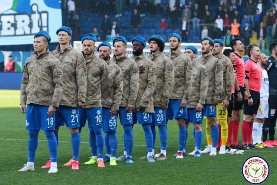 """Морозюк и """"Ризеспор"""" провели акцию поддержки: игроки вышли на поле в военной форме (Фото) - изображение 2"""