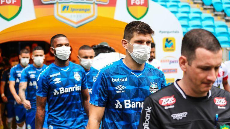 """Игроки """"Гремио"""" в знак протеста вышли на матч в масках (Фото) - изображение 1"""