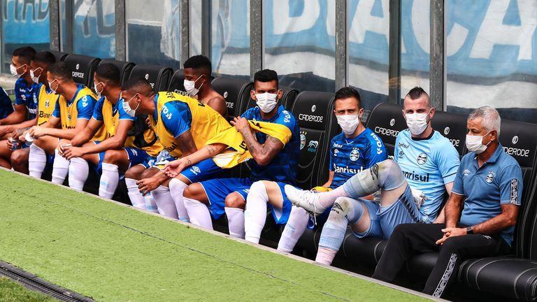 """Игроки """"Гремио"""" в знак протеста вышли на матч в масках (Фото) - изображение 2"""