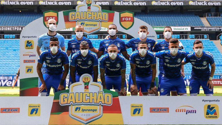 """Игроки """"Гремио"""" в знак протеста вышли на матч в масках (Фото) - изображение 3"""