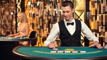 Дилер и крупье в покере