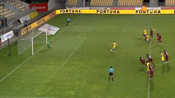 В Румынии 19-летний вратарь отбил два пенальти, но оба раза судья просил перебить. Кипер устроил истерику и удалился - изображение 1