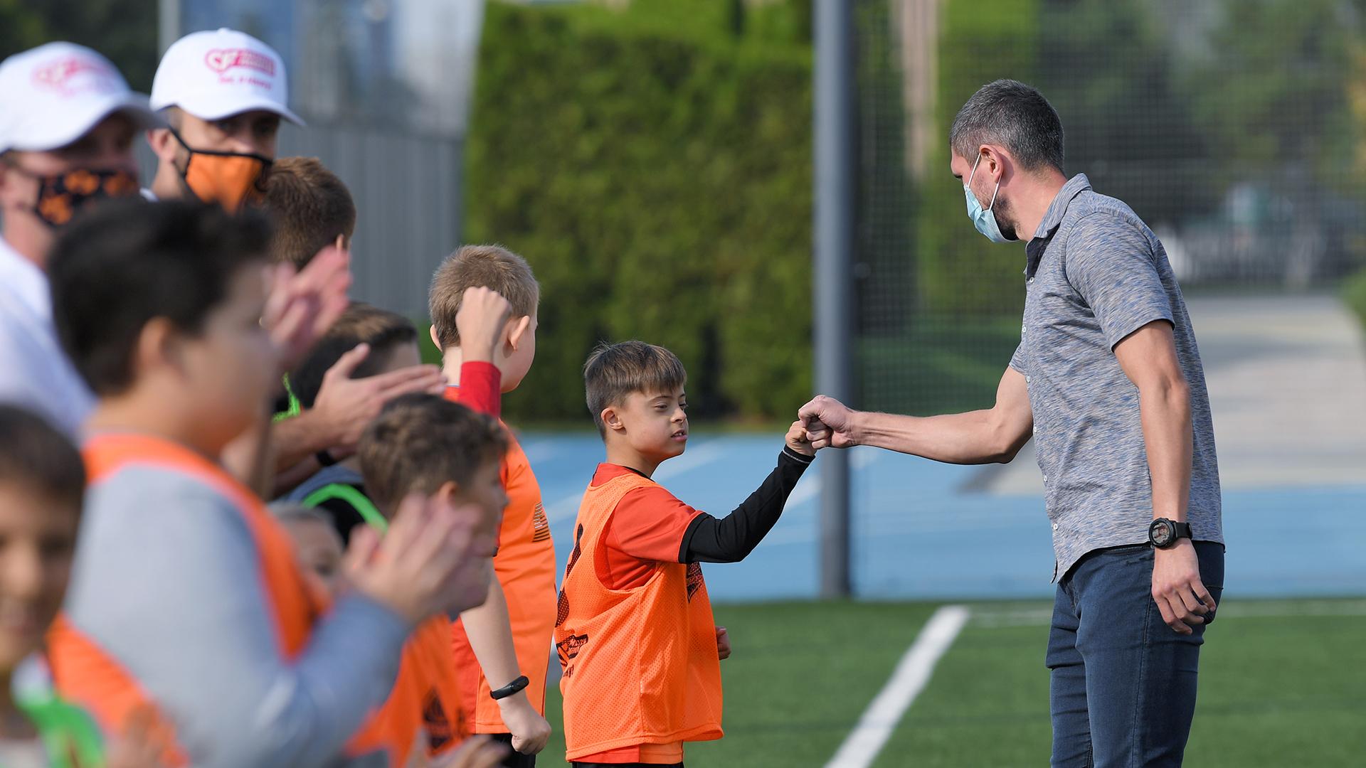 Сергей Кривцов поиграл в футбол с детьми с особенностями развития (Фото) - изображение 2